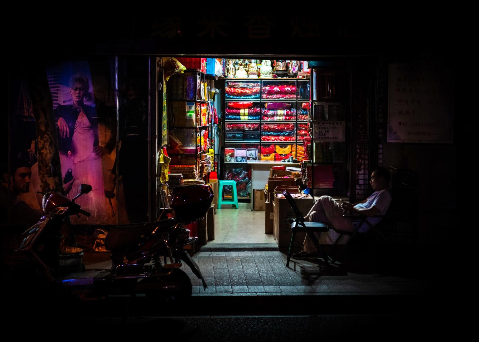 Ночные огни: атмосферные фотографии частных магазинов в Шанхае
