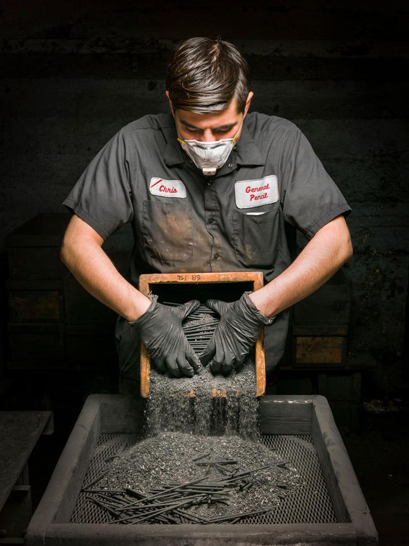 Уникальный взгляд на сложный процесс производства карандашей