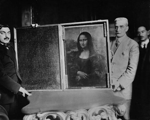 Возвращение: двое мужчин заносят «Мона Лизу» в Лувр