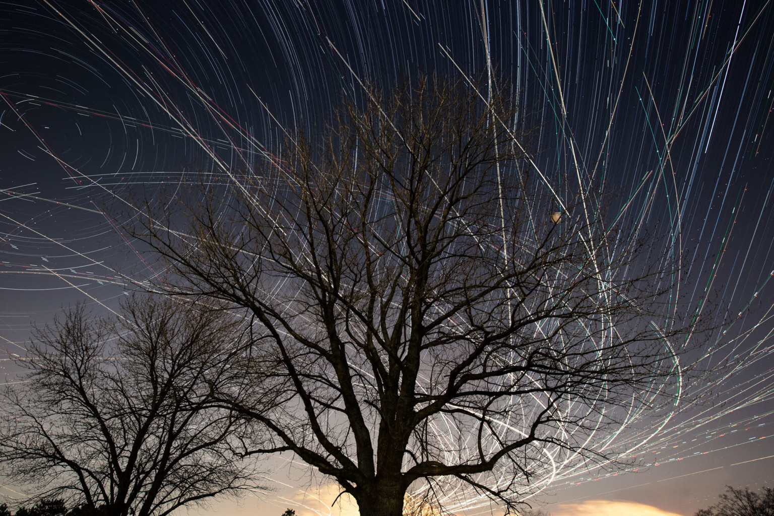 Как бы выглядело ночное небо, если бы самолёты оставляли следы за собой?