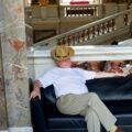 Смиренно спящие в музее или уставшие ценители искусства в объективе австрийского фотографа