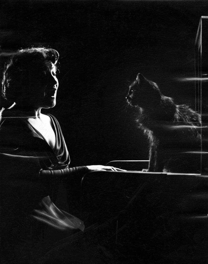 Американская певица российского происхождения Дженни Турель со своим котом, 1952 год