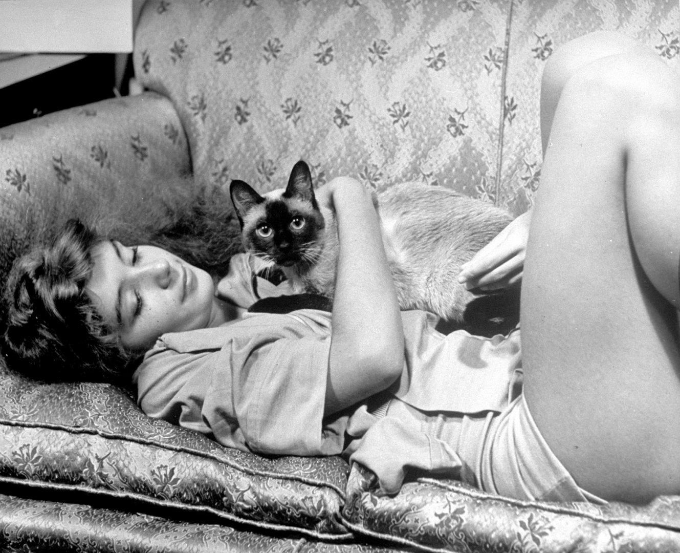 Начинающая балерина Эдвина Сивер со своей кошкой, 1940 год
