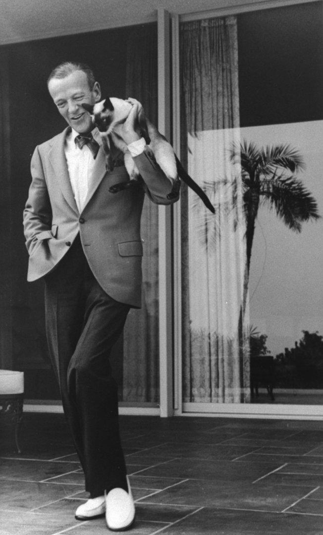 Фред Астер танцует со своей кошкой на плече, 1962 год