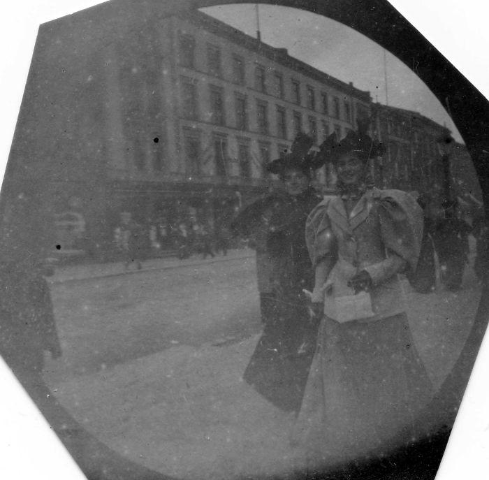 Находчивый «шпион»: редкие фотографии улыбающихся людей, живших в XIX веке