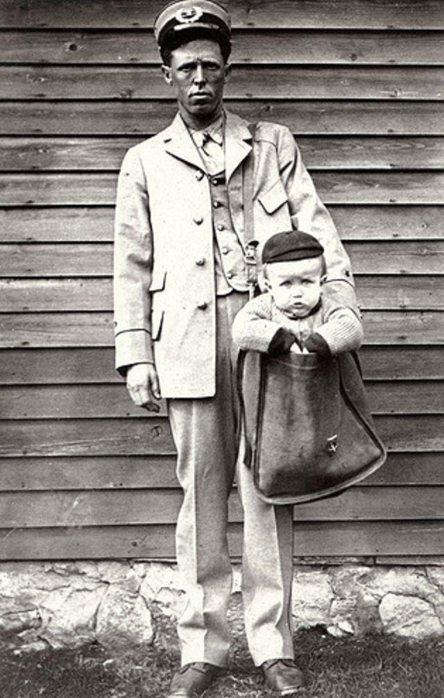 11. Почтальон с отправленным по почте ребёнком
