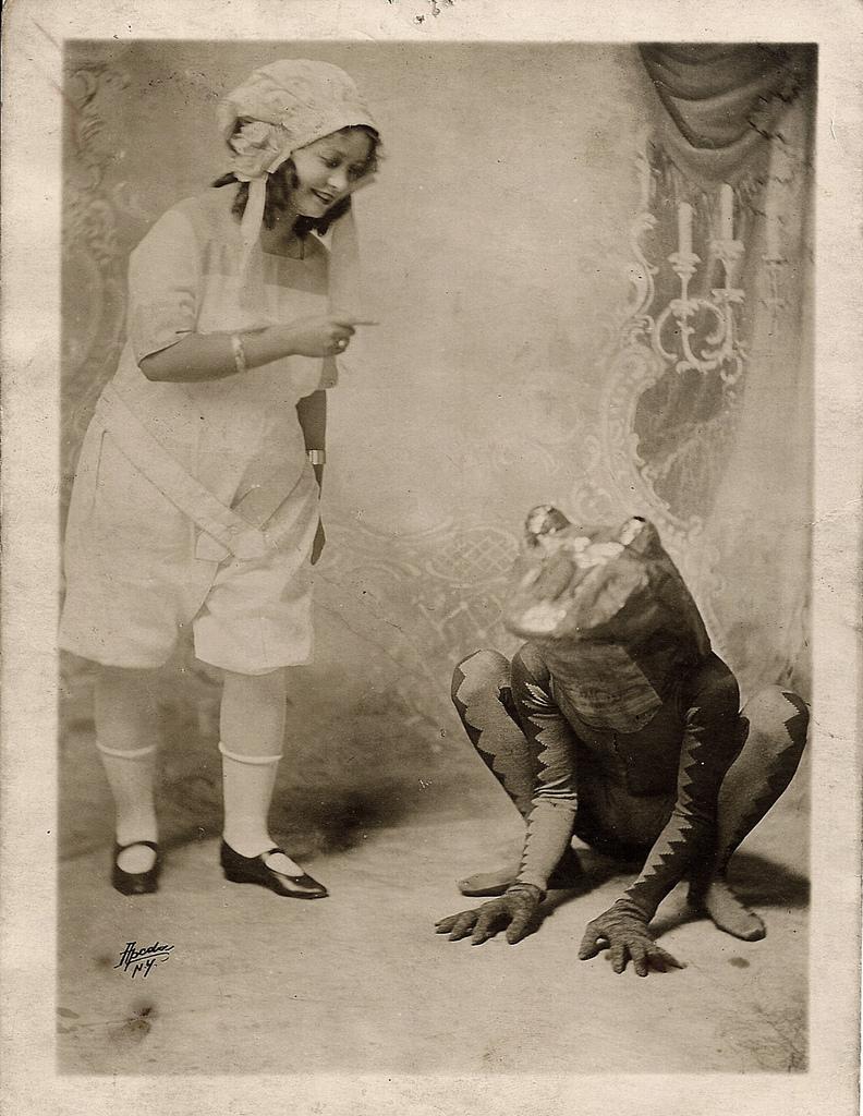 13. Девушка отчитывает человека в костюме лягушки
