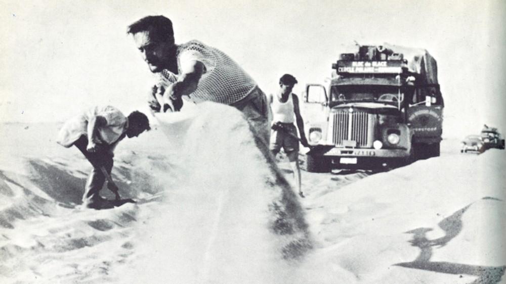 Грузовик застрял в песках Сахары