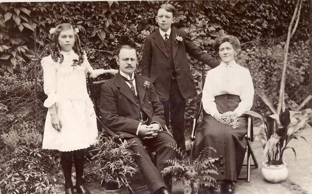 Почему люди прошлого так любили фотографироваться с растением аспидистра