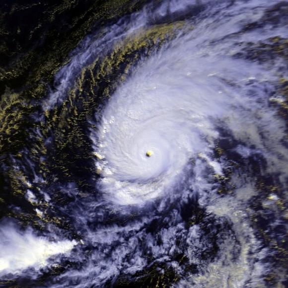 Тайфун Пака (1997 год), достигший силы ветра 295 километров в час