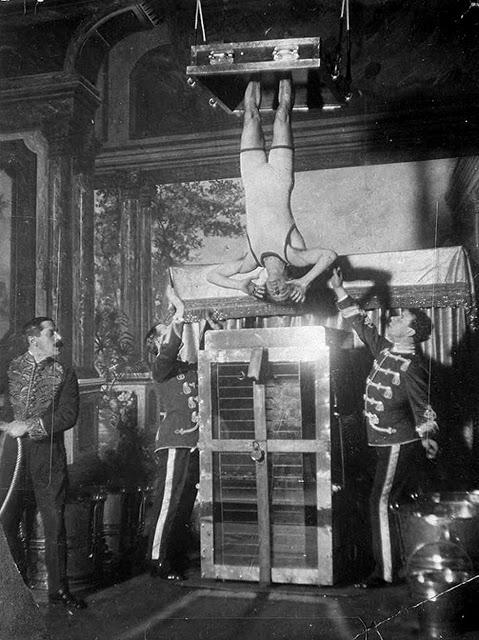 Гарри Гудини: увлекательные фотографии великого трюкача и иллюзиониста
