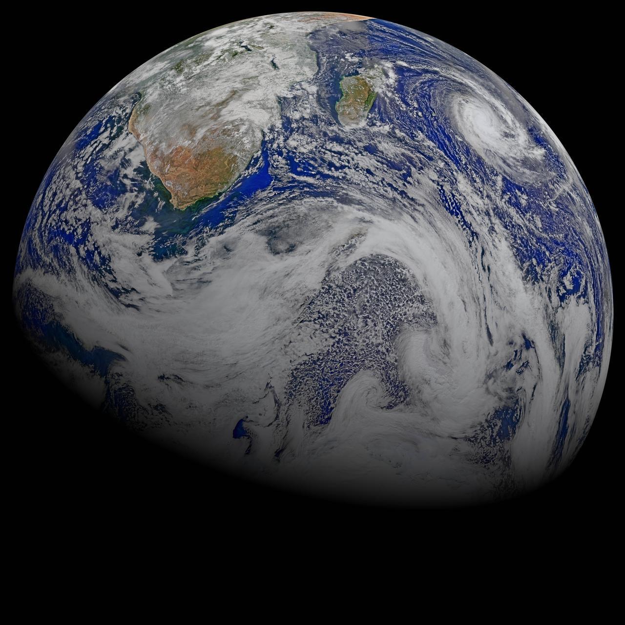Тропический циклон над Индийским океаном