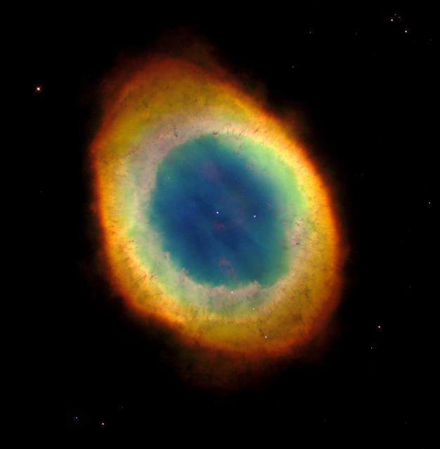 Туманность Кольцо, находящаяся на расстоянии около 2000 световых лет от Земли