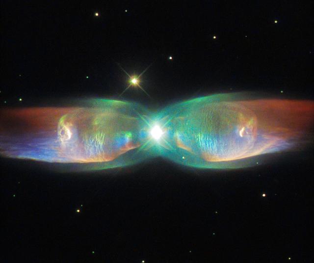 Туманность M2-9 (Крылья Бабочки), имеющая причудливую форму благодаря веществу, выделяемому центральной звездой