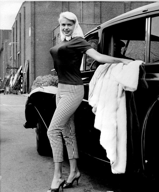 Провокационный тренд «бюстгальтер-пуля» 40-х годов и модницы того времени