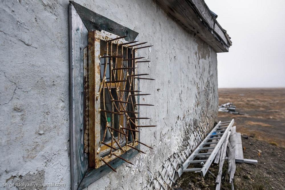 Окна немногочисленных домов на острове защищены шипами, чтобы белые медведи не могли попасть внутрь