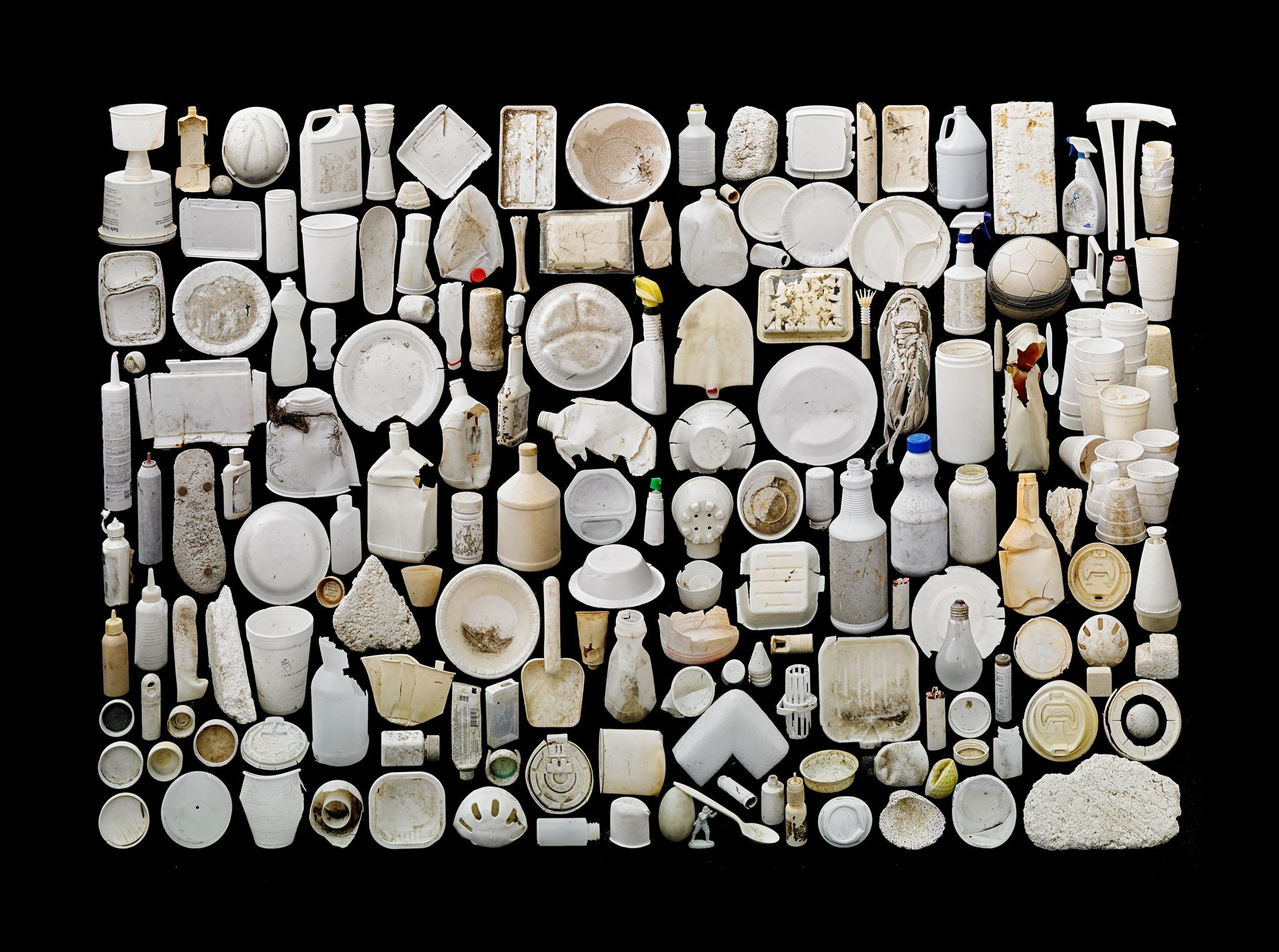 Пластиковых отходов так много, что их можно сортировать по цвету: фотопроект Барри Розенталя
