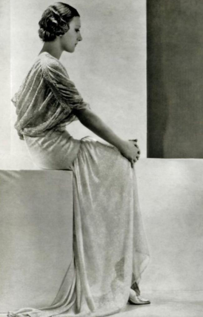 Тея Бобрикова - крестница Николая II, долгое время работавшая манекенщицей в доме моды «Ланвен». Позже она создала собственное модное предприятие «Катрин Парель», которым руководила вместе со своим мужем