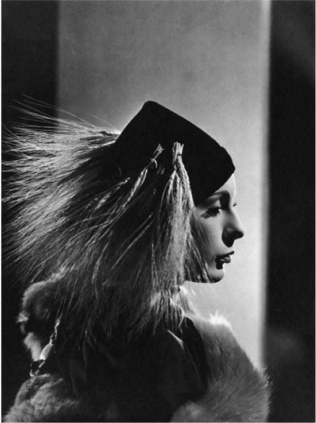 Леди Абди работала моделью в Париже с Paul Poiret и Chanel, но её большая слава пришла к ней, когда она начала работать с Коко Шанель