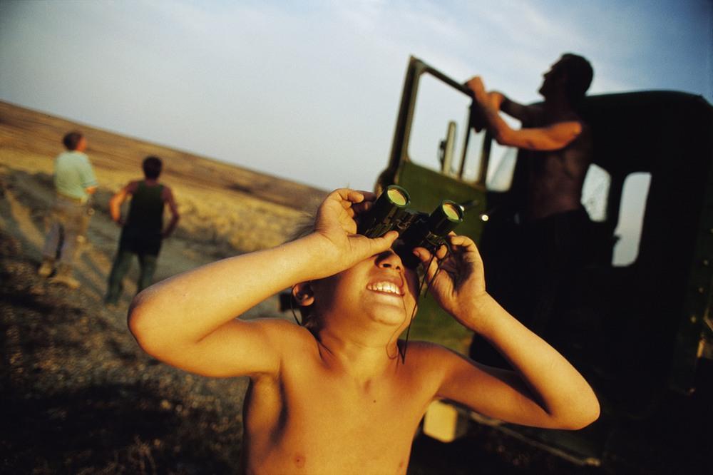 Жители осматривают небо в бинокль в ожидании запуска ракеты