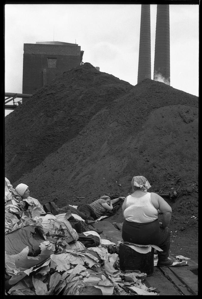 Бригада изолировщиц на послеобеденном отдыхе, 1978 год