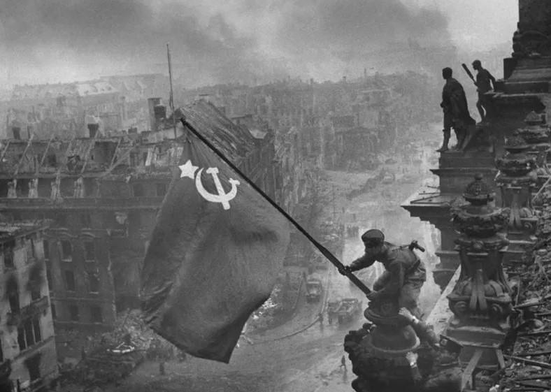 Оригинальное изображение снимка «Знамя Победы над рейхстагом»