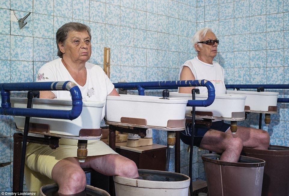 Эти пожилые люди не могут принимать горячие минеральные ванны, поэтому проходят процедуру с минеральными водами только для рук и ног