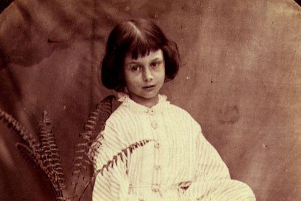 Алиса Лидделл — девочка, которая вдохновила Льюиса Кэрролла на написание «Алисы в Стране чудес»