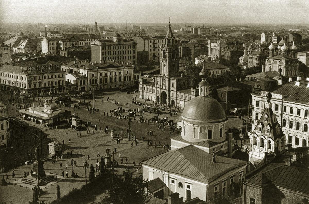 Страстная площадь (Пушкинская площадь), названная в честь Страстного монастыря, который был снесён в 1937 году