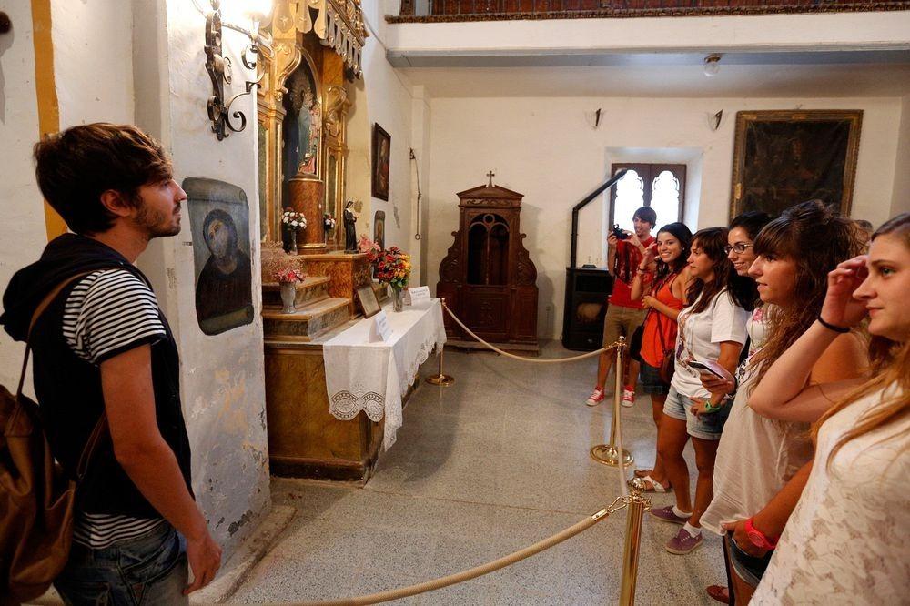 Туристы в храме Милосердия и фреска Ecce Homo