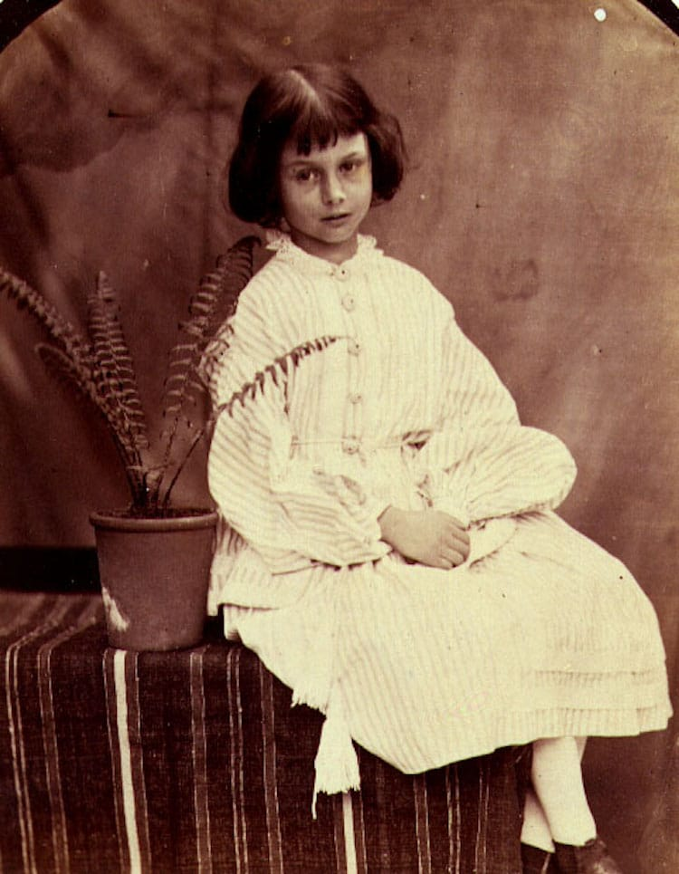 Алиса Лидделл - девочка, которая вдохновила Льюиса Кэрролла на написание «Алисы в Стране чудес»