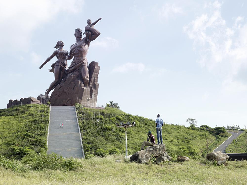 «Возрождение Африки» в Дакаре, Сенегал. Высота статуи 49 метров