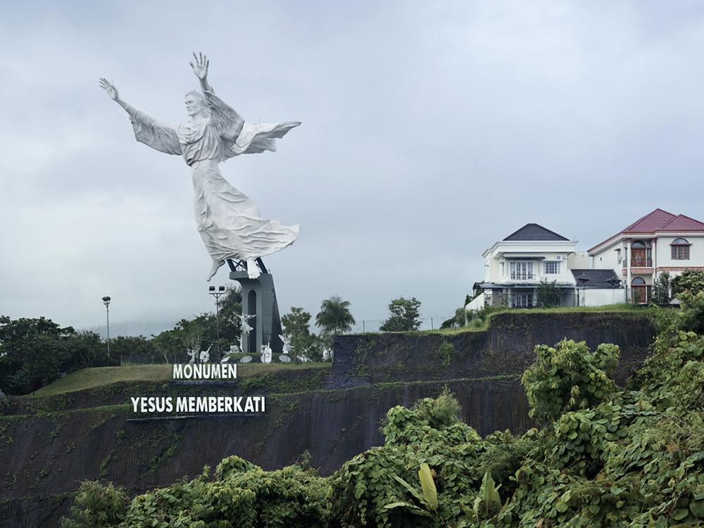 Благословение Христа в Манадо, Индонезия. Высота статуи 30 метров