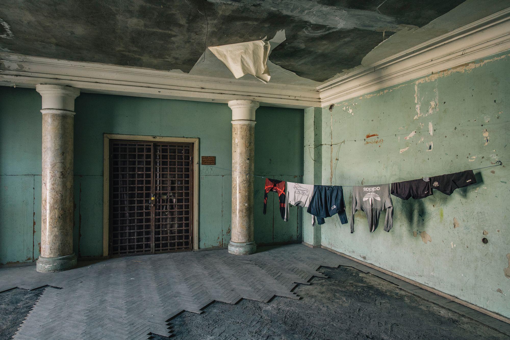 Разрушающиеся санатории Советского Союза и беженцы, вынужденные жить в них