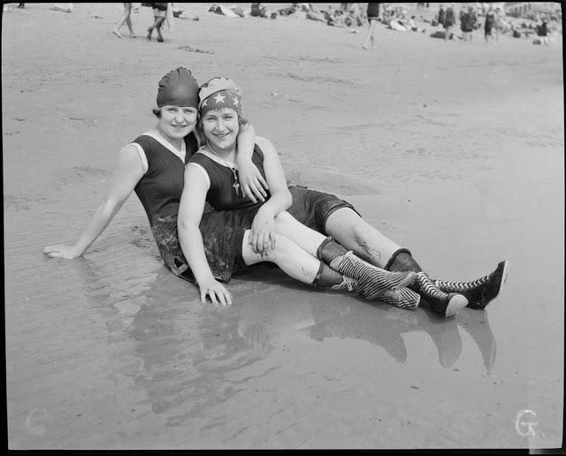 Как выглядели женские купальные костюмы в 1920-е годы