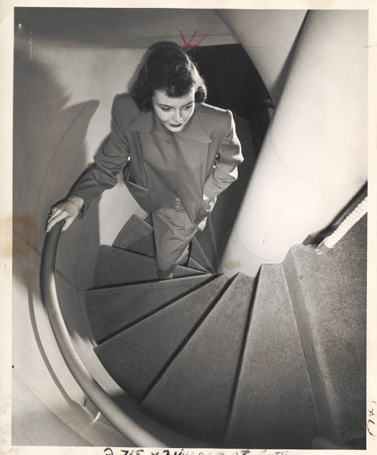Винтовая лестница, ведущая в бар на нижней палубе