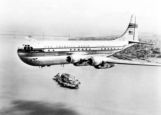 Boeing 377 Stratocruiser над заливом Сан-Франциско