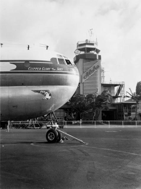 Boeing 377 Stratocruiser в международном аэропорту Гонолулу