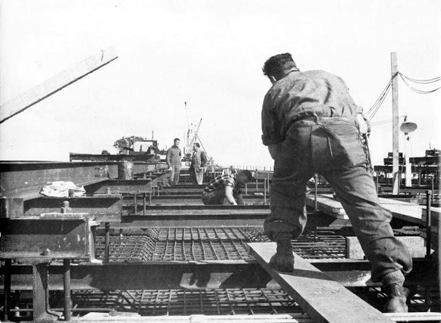 Строительство моста Окленд Харбор Бридж в 1950-х годах