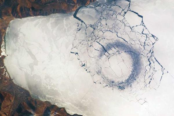 Откуда взялись загадочные кольца на Байкале?