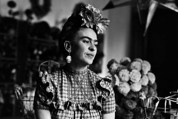 Красивые чёрно-белые портреты Фриды Кало, сделанные Сильвией Салми в 1944 году