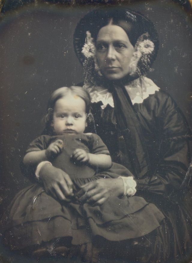 Фотография мамы с маленьким ребёнком 19 века