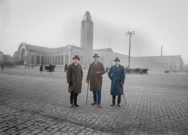 Три джентльмена позируют перед новым железнодорожным вокзалом Хельсинки