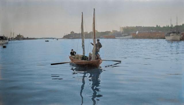 Маленькая лодка приближается к южной гавани Хельсинки