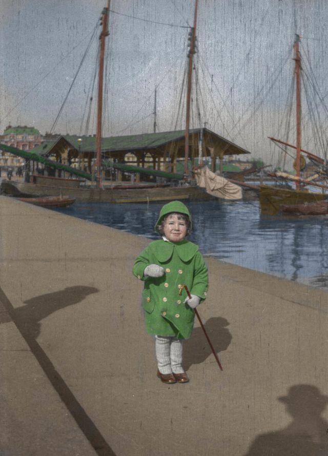 Финский художник Хьюго Симберг сфотографировал своего двухлетнего сына Тома в южной гавани Хельсинки