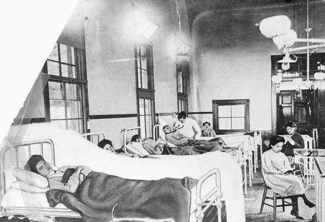 Мэри Маллон (на левой кровати) в госпитале, во время своего первого карантина
