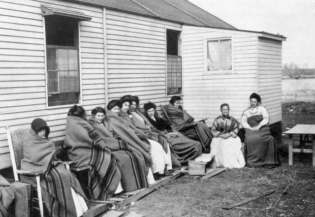 Мэри Маллон (четвертая справа) на карантине с другими заключенными