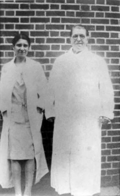 Мэри Мэллон (в очках) с бактериологом Эммой Шерман