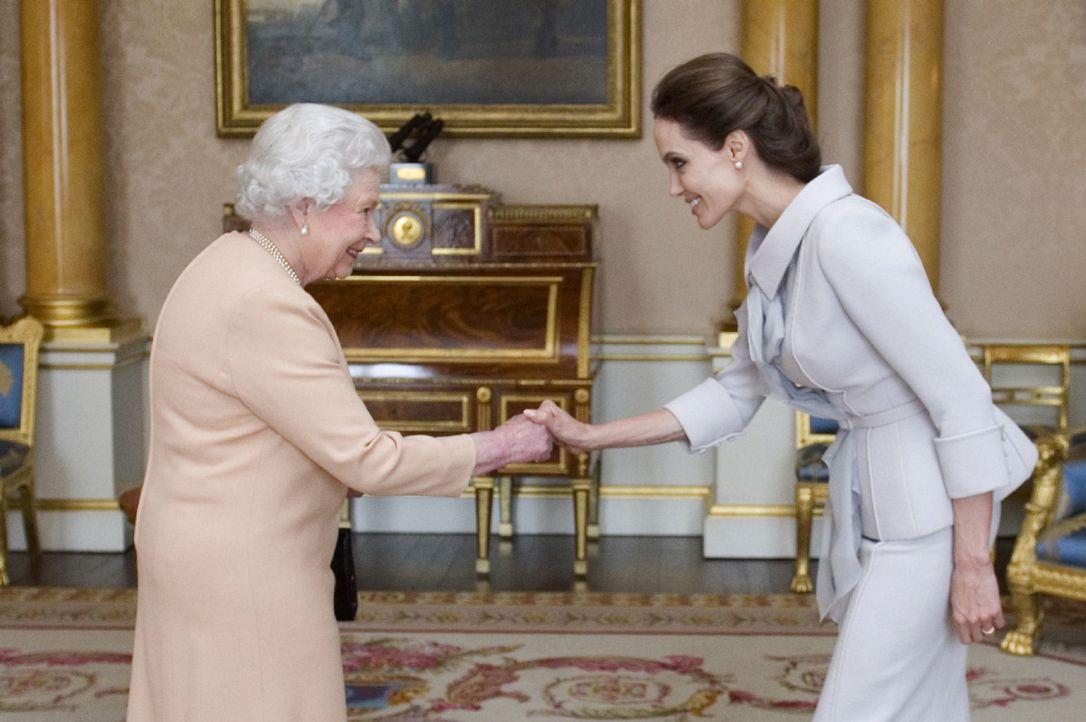 Королева Елизавета II награждает Анджелину Джоли орденом Святого Михаила и Святого Георгия