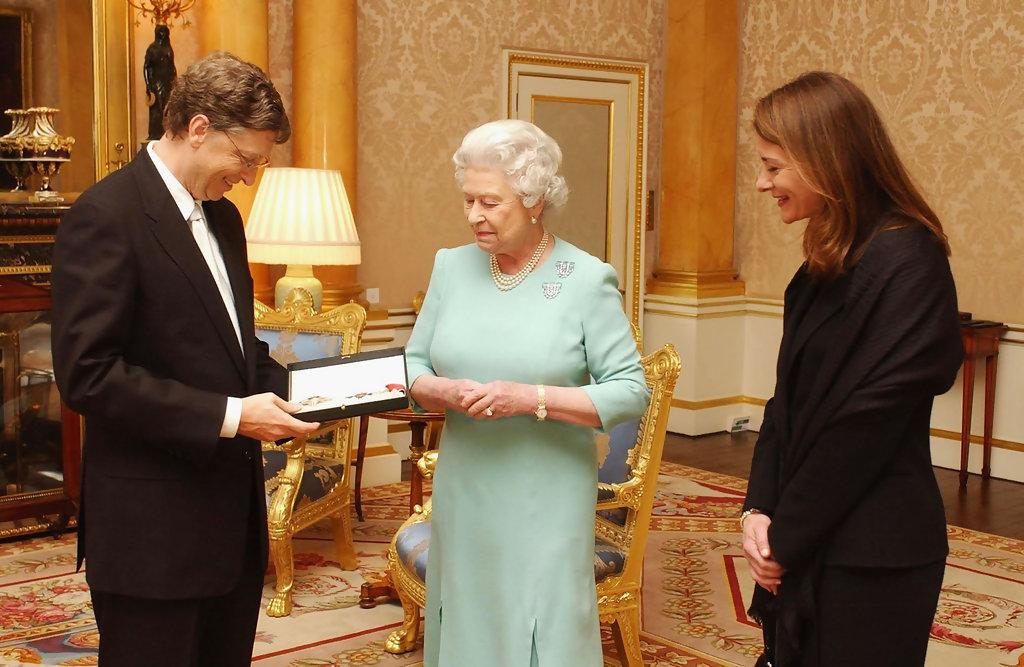 Королева Елизавета II вручает Биллу Гейтсу почетное рыцарство
